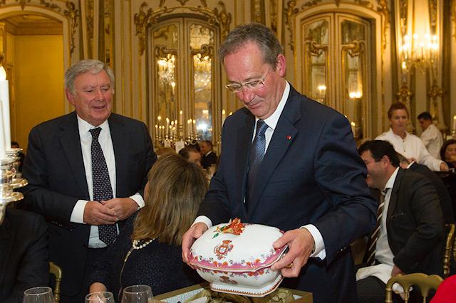 Conselheiro Henriques Gaspar recebe presente do Presidente da Câmara de Sintra